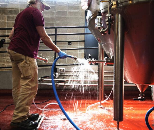 https://brewery.springfieldbrewingco.com/wp-content/uploads/2021/07/cleaningtank-640x541.jpg